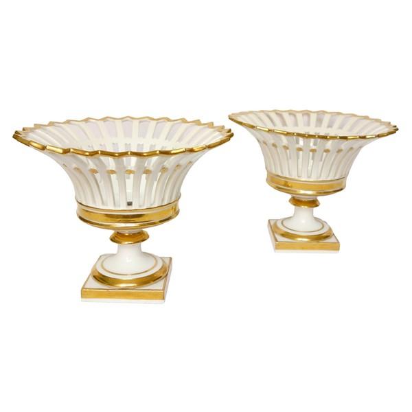 Paire de coupes ajourées en porcelaine de Paris dorée à l'or d'époque Empire / Restauration