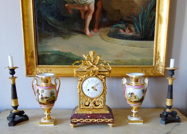 Paire de vases Medicis en porcelaine de Paris, époque Empire Restauration - 30,5cm