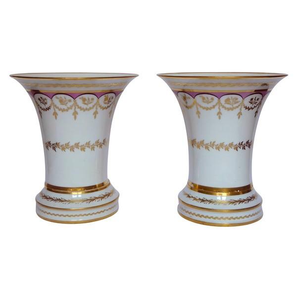 Paire de vases cornet ou cache-pots en porcelaine de Paris dorée à l'or fin, époque Empire