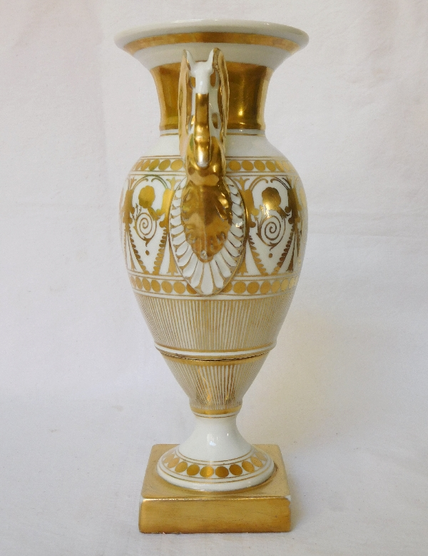 Paire de vases d'époque Empire en porcelaine de Paris, décor blanc et or - 19,5cm