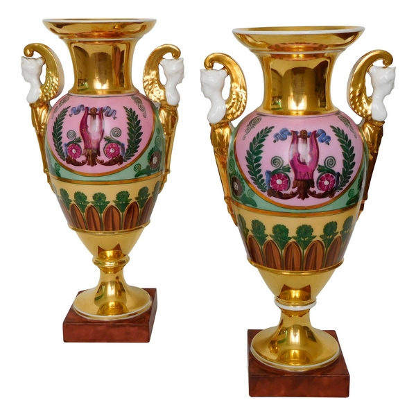 Paire de vases en porcelaine de Paris d'époque Empire, décor à l'Antique - 27cm