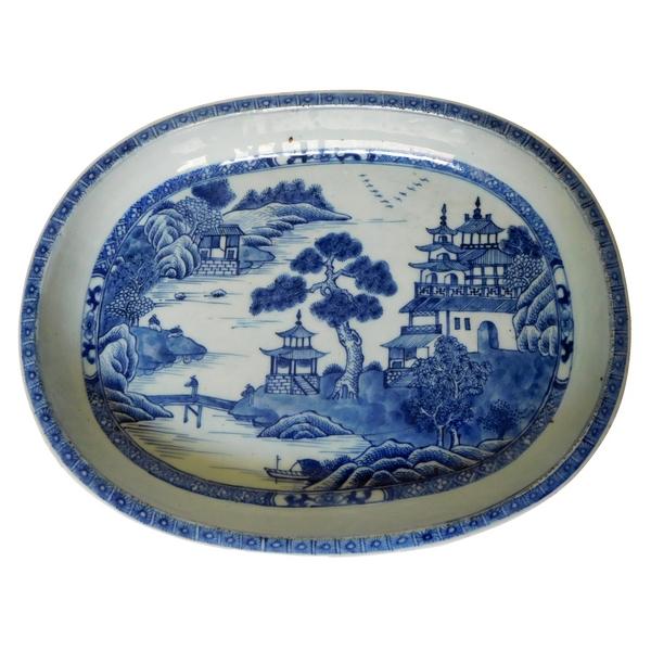 Grand plat creux en porcelaine de Chine, époque XVIIIe siècle, paysage de palais en blanc bleu