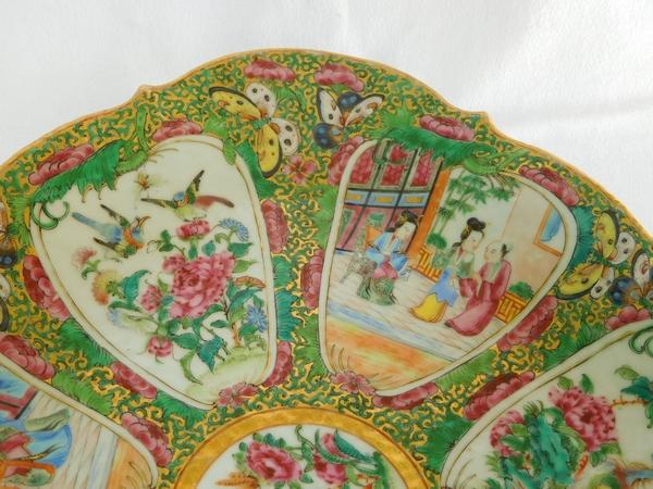 Grand plat ovale sur piédouche en porcelaine de Canton, époque XIXe - 36,5cm x 27,5cm