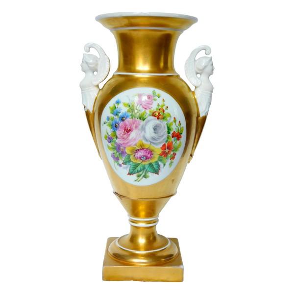 Grand vase Medicis en porcelaine de Paris dorée, bouquet de fleurs, époque Empire Restauration