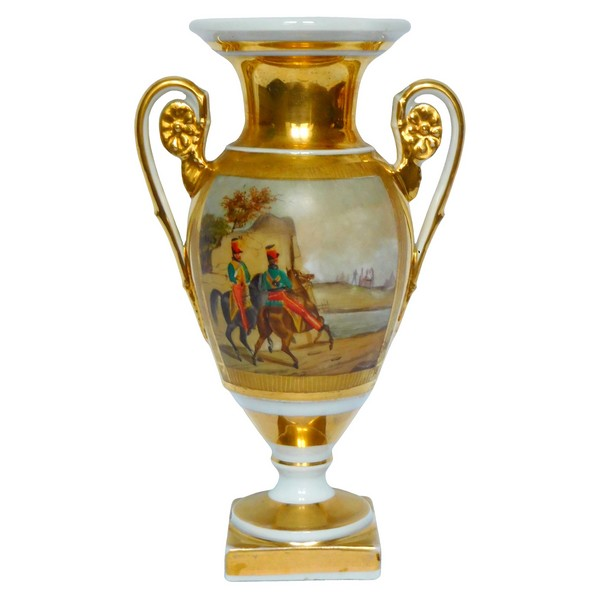 Vase Medicis en porcelaine de Paris, Hussards et paysage, époque Empire Restauration
