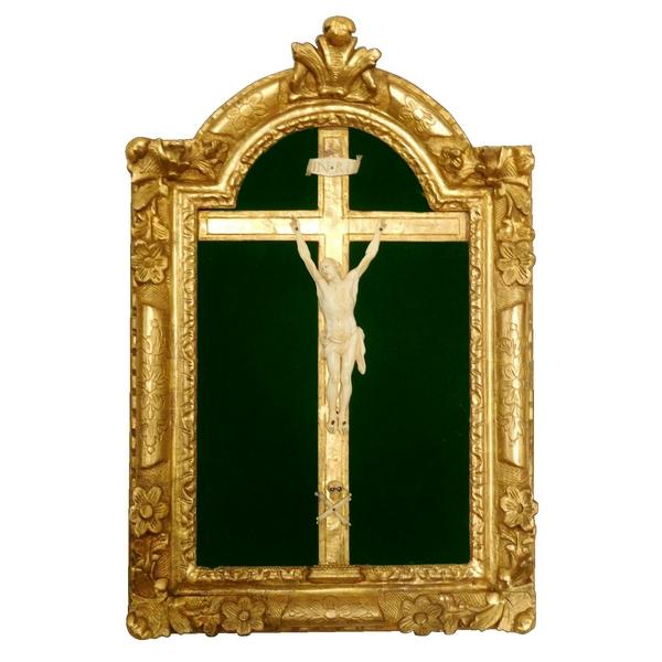 Christ d'époque Louis XIV, cadre en bois doré - époque début XVIIIe siècle