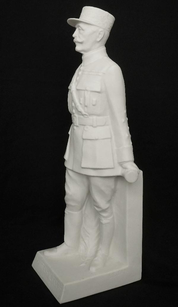 Biscuit de Sèvres : statue du Maréchal Foch, 30cm - signée Lejan