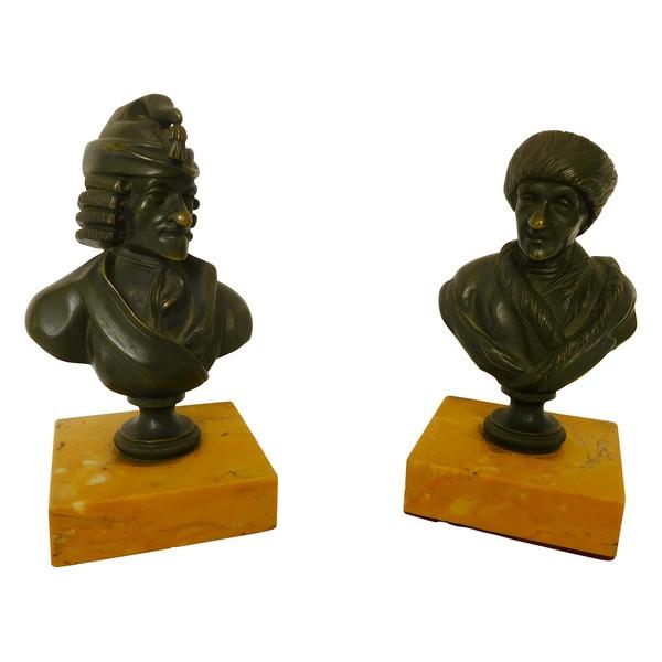 Paire de bustes en bronze patiné, socle en marbre jaune de Sienne : Voltaire et Rousseau