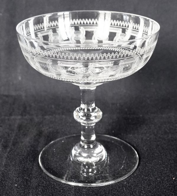 Coupe à champagne en cristal de Baccarat, modèle à jambe bouton, gravure 3458