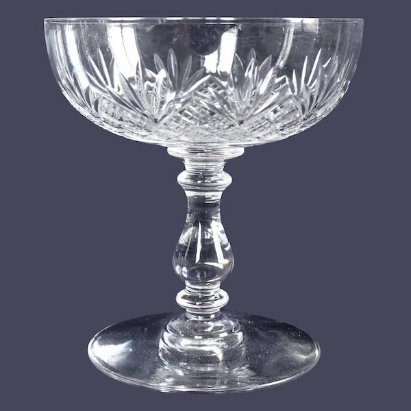 Coupe à champagne en cristal de Baccarat, modèle à palmettes et jambe gondole