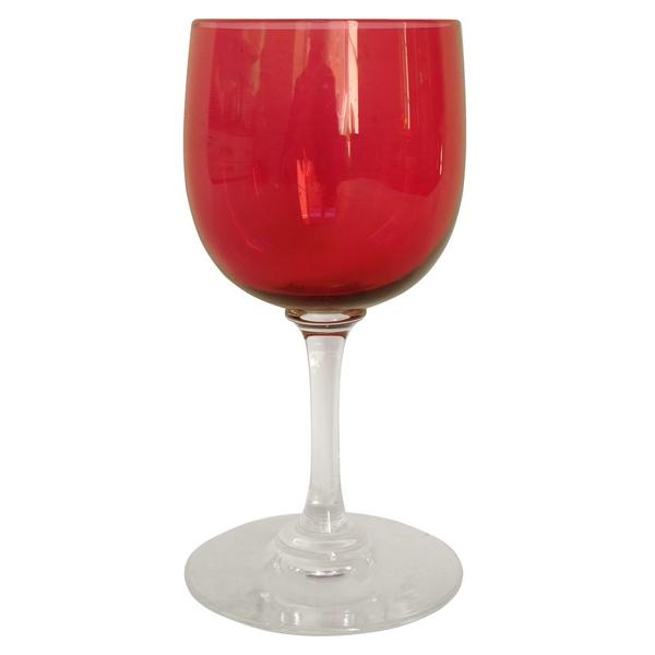 Verre à porto en cristal de Baccarat, modèle uni forme ballon en cristal overlay rouge