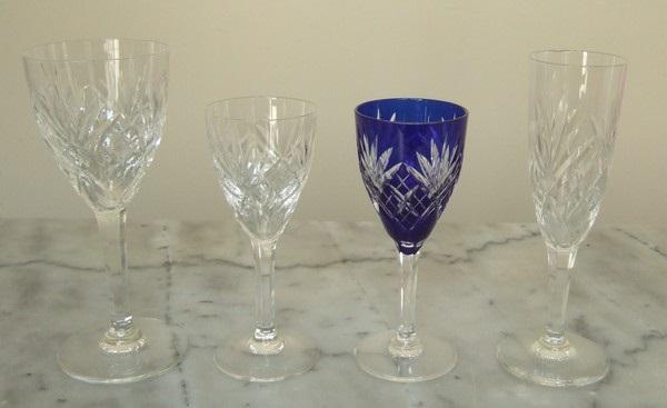 Flûte à champagne en cristal taillé de St Louis, modèle Chantilly - signée