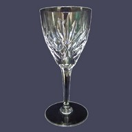 Verre à vin en cristal taillé de St Louis, modèle Chantilly - 14cm - signé