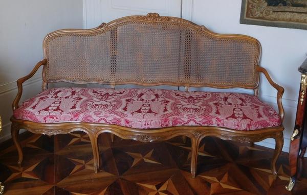 Canapé canné / banquette d'époque Louis XV en noyer, travail Lyonnais