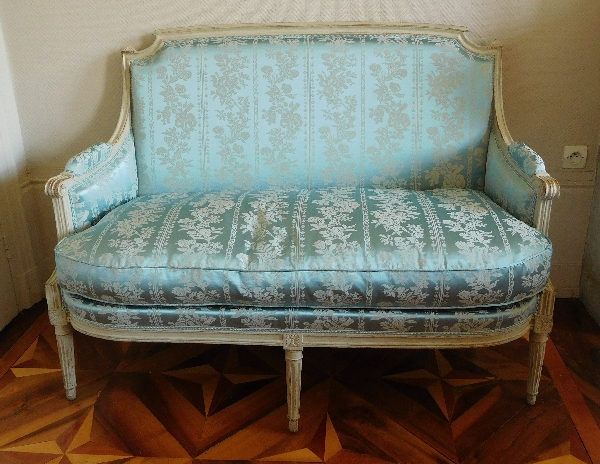 Canapé 2 places d'époque Louis XVI en bois laqué et soie bleue
