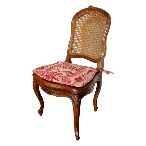 Chaise cannée d'époque Louis XV en noyer, coussin de soie, époque XVIIIe siècle