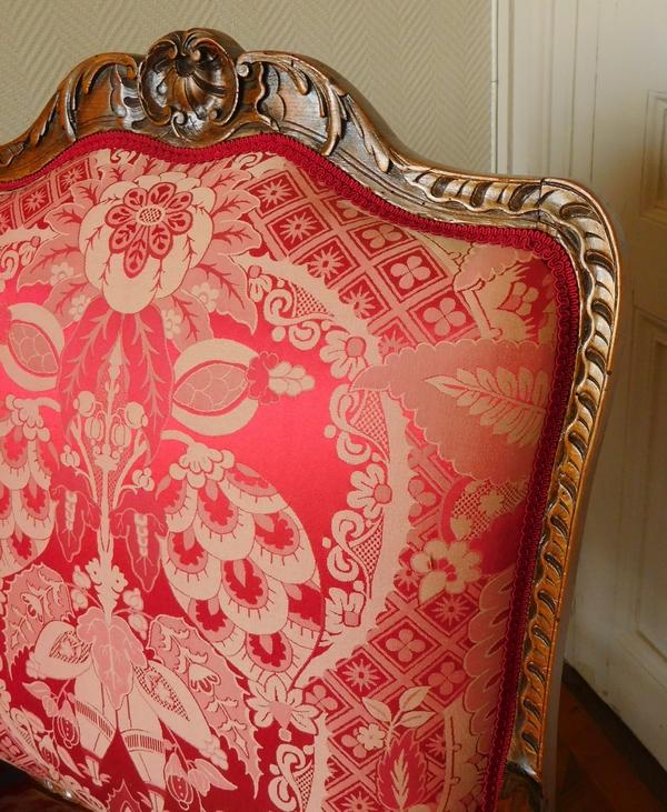 Fauteuil à la Reine richement sculpté d'époque Régence vers 1730, garniture de soie rouge