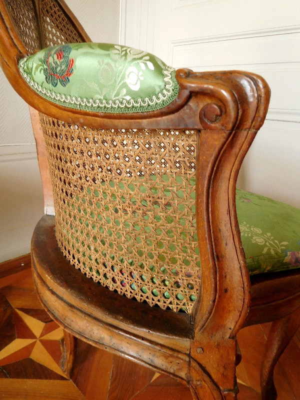 Fauteuil de cabinet / fauteuil de bureau en noyer d'époque Louis XV