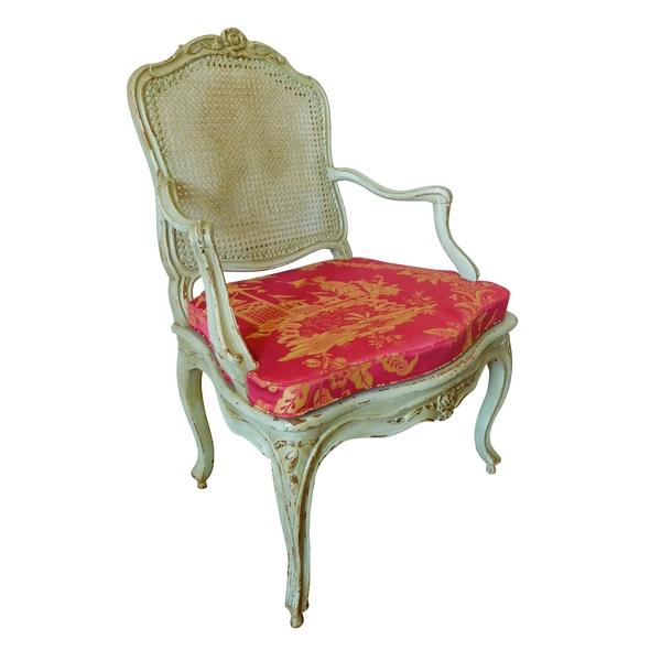 Fauteuil canné d'époque Louis XV à coussin de soie à chinoiseries
