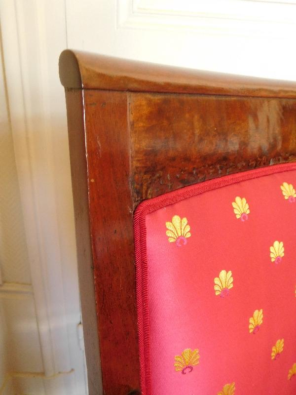 Fauteuil d'époque Empire en acajou finement sculpté reverni au tampon, garniture de soie neuve