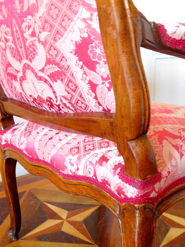 Michel Cresson : fauteuil à la Reine d'époque Louis XV estampillé, garniture de soie rouge