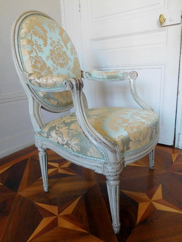Fauteuil à la Reine d'époque Transition Louis XV - Louis XVI recouvert d'une soie ancienne neuve
