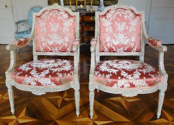 Paire de fauteuils à la Reine richement sculptés, époque Louis XVI