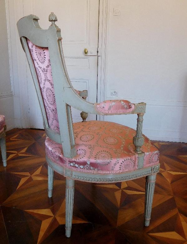 Paire de fauteuils cabriolets richement sculptés, fin de l'époque Louis XVI / Directoire