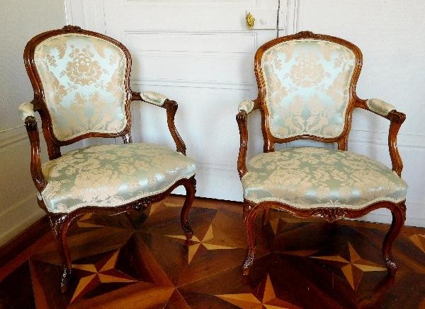 Paire de fauteuils cabriolet d'époque Louis XV en noyer, travail Lyonnais du XVIIIe siècle