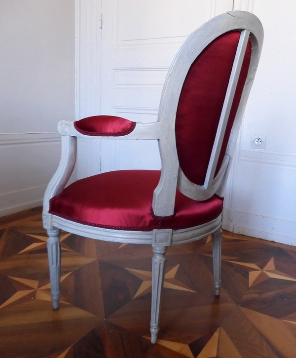 Paire de fauteuils cabriolets médaillon d'époque Louis XVI, satin bordeaux