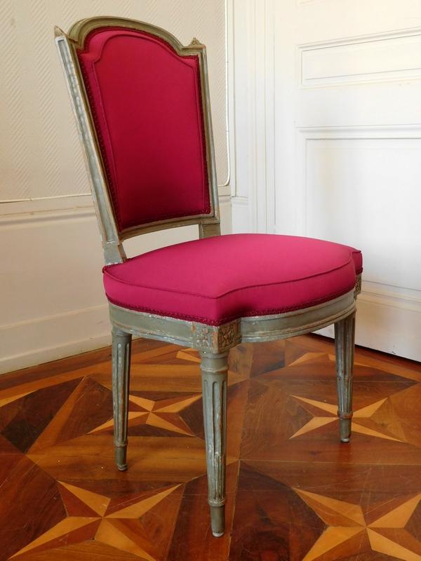 Paire de chaises d'époque Louis XVI, faille de soie pourpre