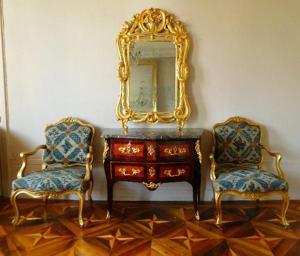 Paire de fauteuils à la Reine d'époque Louis XV en bois doré, entourage de Nogaret