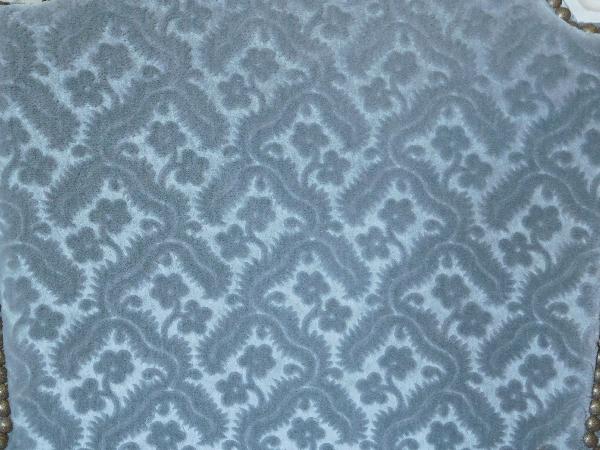 Paire de fauteuils cabriolets d'époque Louis XVI, velours frappé gris clair
