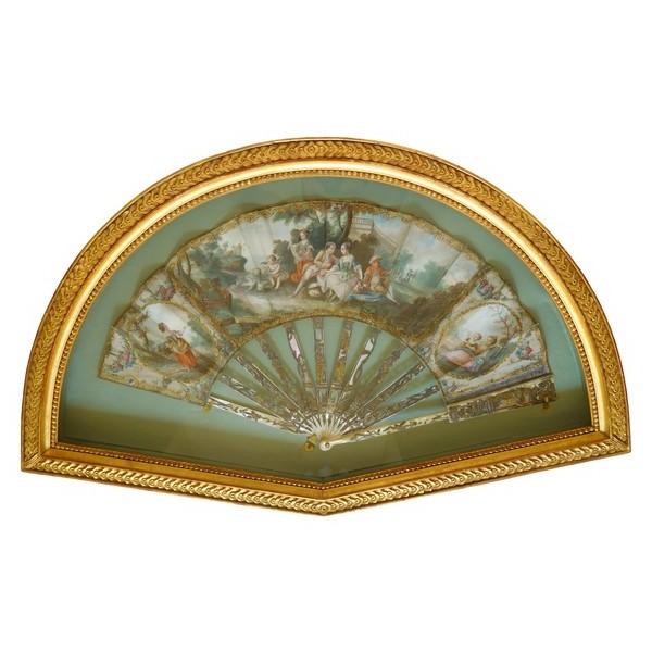 Eventail en nacre et gouache d'époque Louis XVI dans sa boîte cadre en bois doré