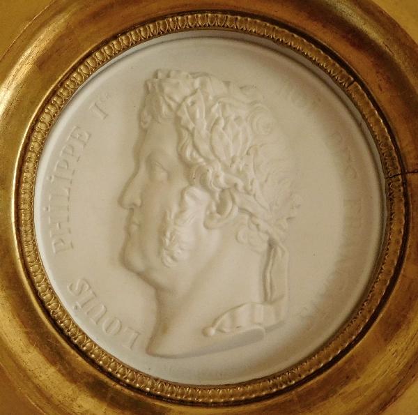 Sèvres : grande médaille portrait du Roi Louis-Philippe en biscuit, cadre Empire en bois doré