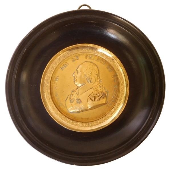 Portrait miniature de Louis XVIII en laiton doré, époque Restauration, souvenir royaliste