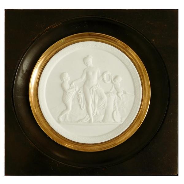 Grand médaillon en biscuit : la toilette de Diane, cadre Bois Noirci, époque XIXe