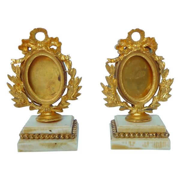Paire de cadres pour miniature ou photo en bronze doré et ivoire, style Louis XVI