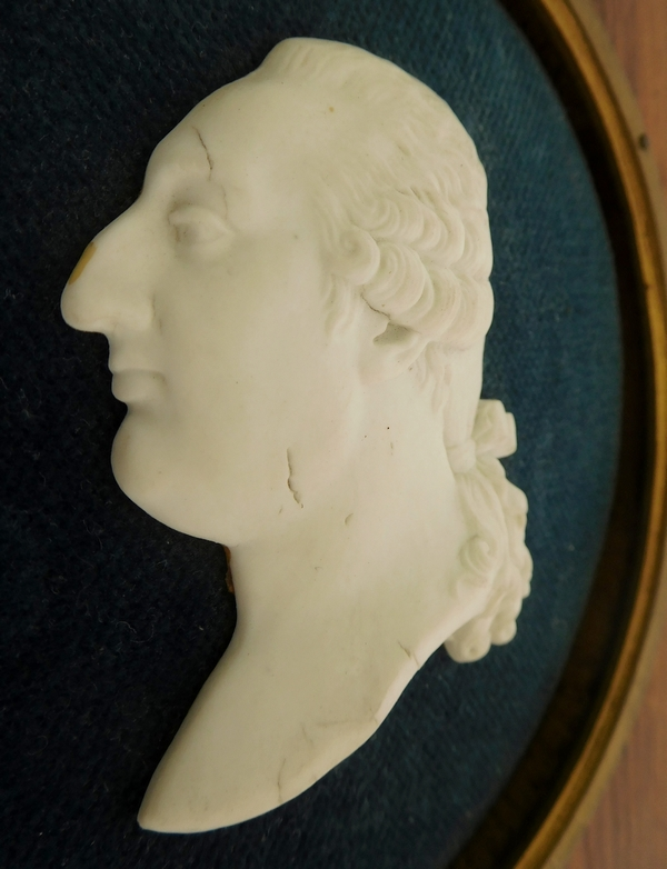 Grande miniature royaliste : portrait buste de Louis XVI en biscuit, époque XIXe